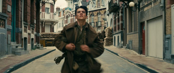Fionn Whitehead as Tommy in the Warner Bros 'Dunkirk'. © 2017 WARNER BROS